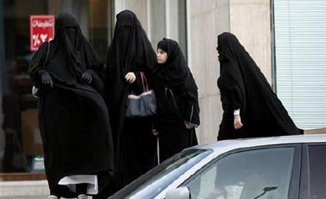 Arabia: le donne possono andare in bicicletta ma solo nel tempo libero
