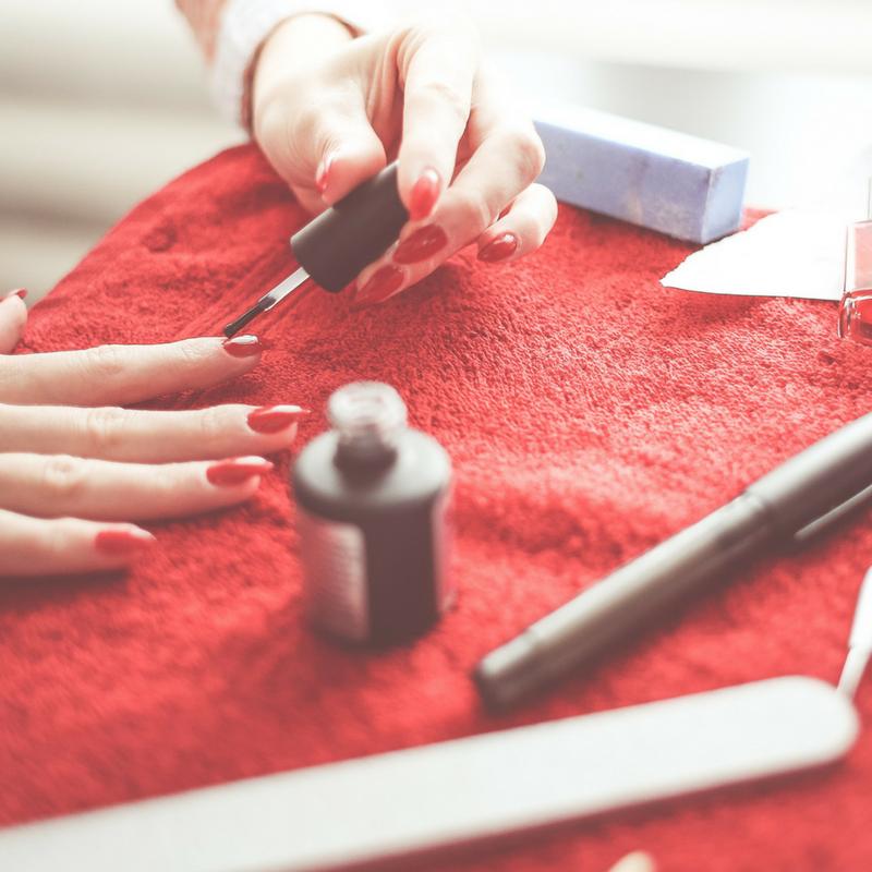 Come riciclare lo smalto per unghie per decorare vecchi oggetti