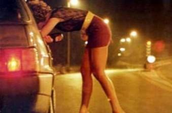 Una moglie si prostituisce.
