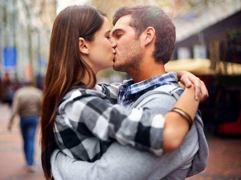 Qual è il significato di un bacio in bocca