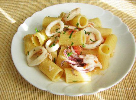 Mezzemaniche patate novelle e calamari freschi