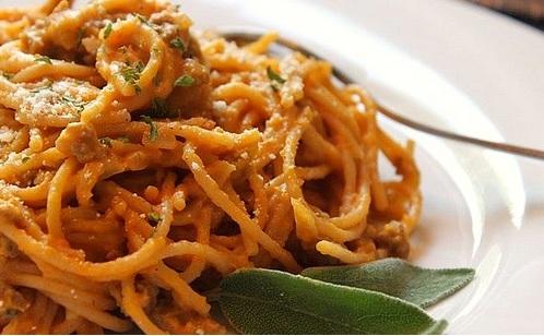 Spaghetti con zucca, salsiccia e funghi porcini