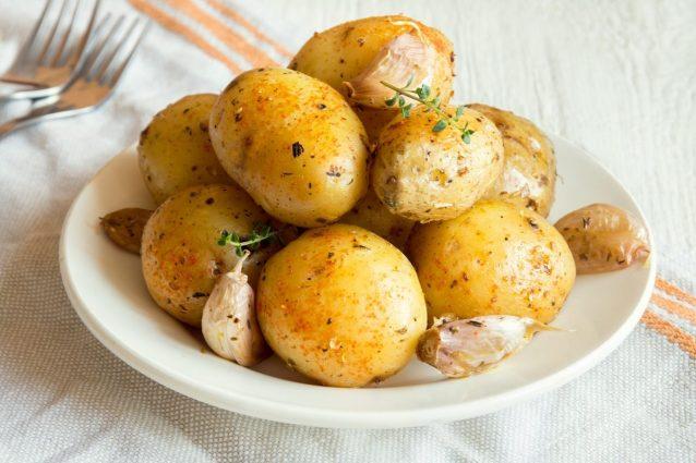 Come cucinare le patate nel microonde