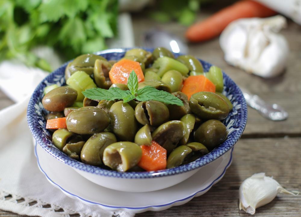 Le olive schiacciate e condite