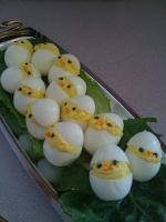 Pasqua: ecco i pulcini che spuntano dall'uovo in tavola