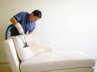 Come pulire la tappezzeria del divano