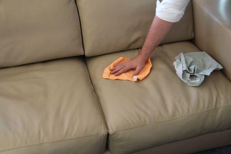 Come pulire il divano in pelle