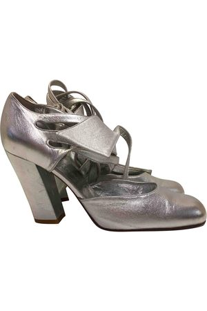 Le scarpe argentate sono di moda!