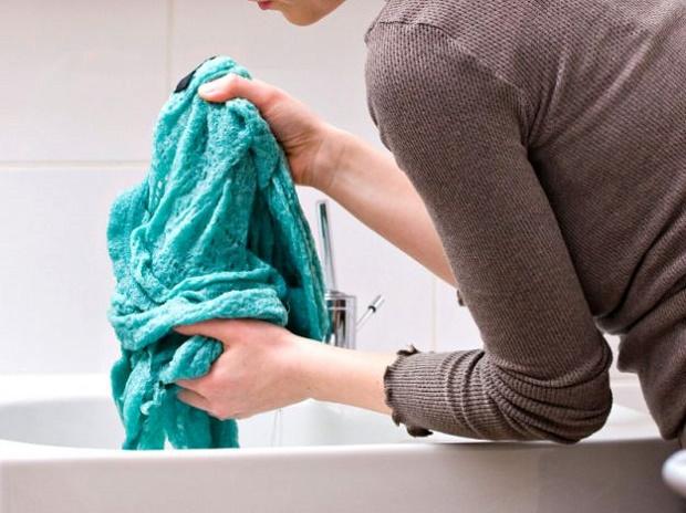 Come rimuovere le macchie di muffa dai vestiti