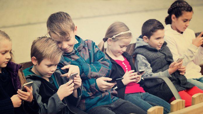 Francia: vietati gli smartphone a scuola, ma c'è disaccordo