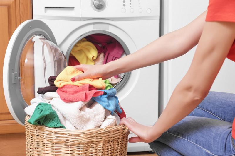 Come rimuovere l'odore di sudore sui vestiti