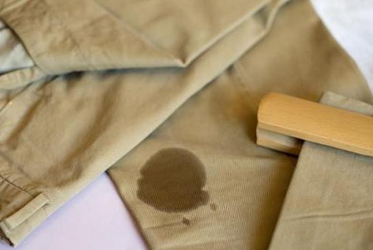 Come rimuovere le macchie d'olio dai vestiti